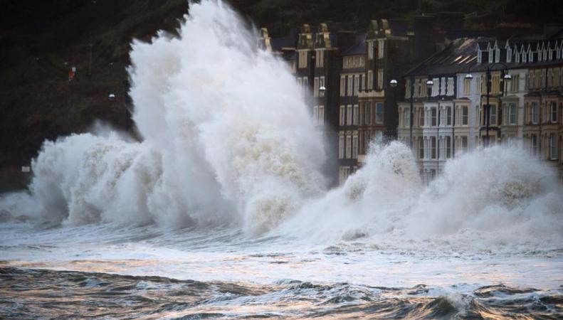 шторм на побережье Уэльса