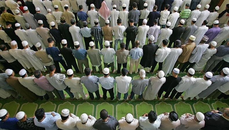 мусульмане на молитве в Восточном Лондоне