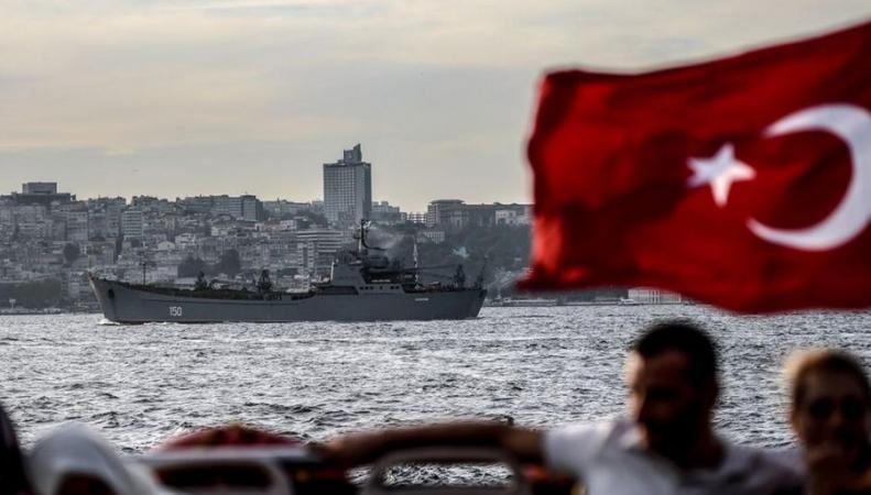 Военные корабли России в Босфоре нервируют и интригуют турок