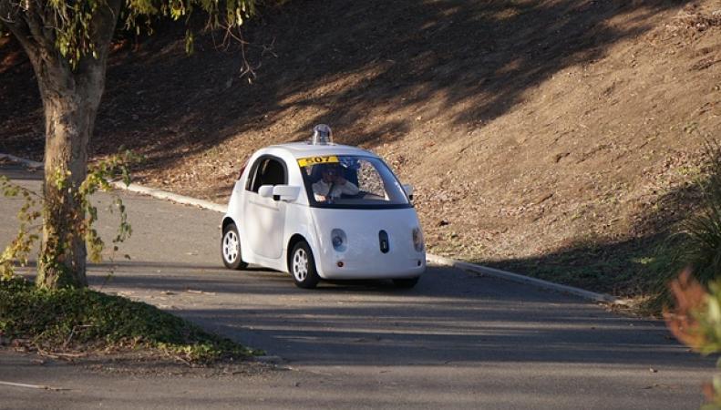 гугломобиль на дороге в Калифорнии