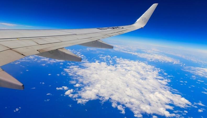 реактивный самолет в воздухе