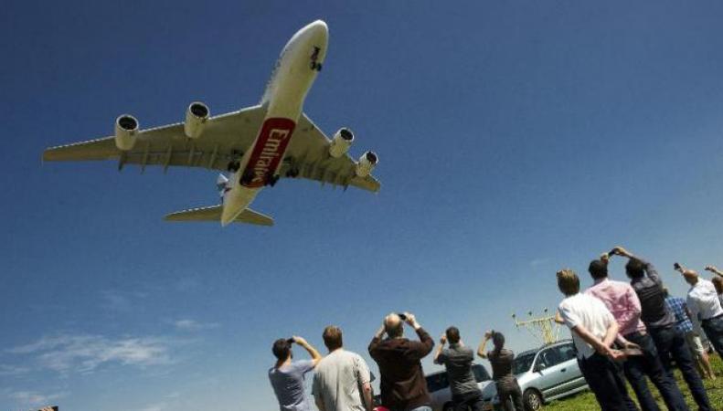 Самолет в небе ОАЭ