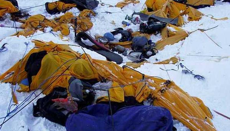 На Эвересте альпинисты сняли видео схода лавины, которая похоронила 84 человека