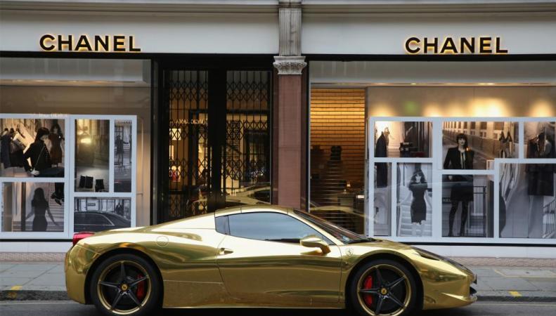 золотой спорткар в Лондоне