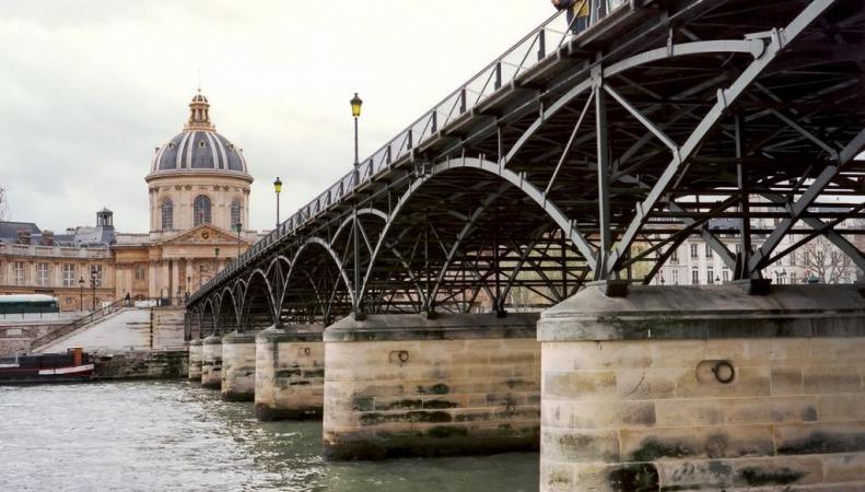 Решетка моста Искусств в Париже упала под тяжестью «замков любви»