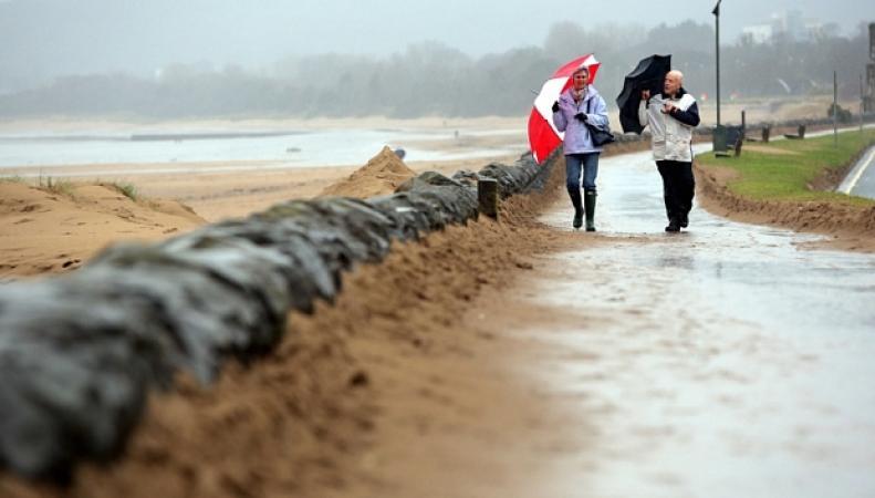 штормовой ветер на берегу в Суонси