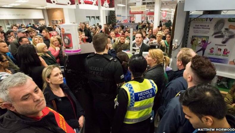 Толпа покупателей в Tesco