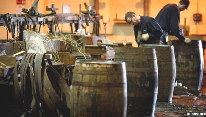 Бондари на шотландской винокурне