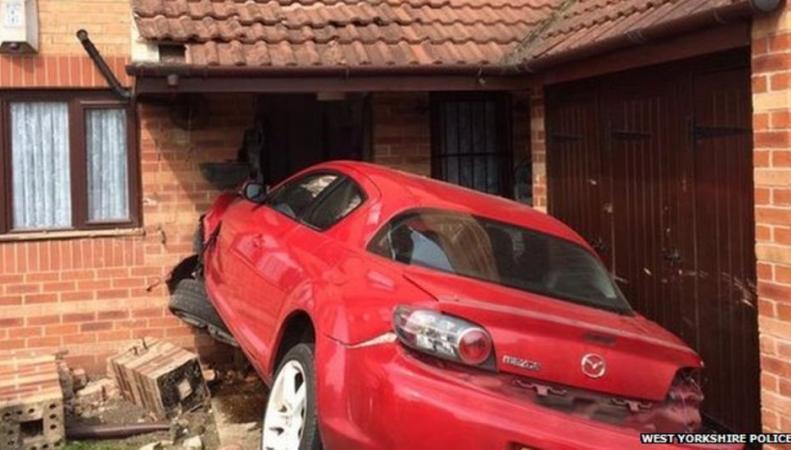 Mazda протаранила дом