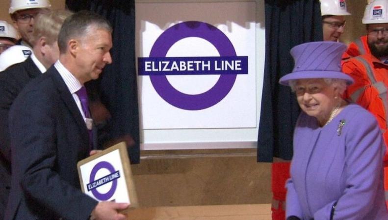 королева Елизавета II инспектирует Crossrail