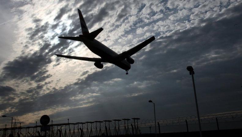 заходящий на посадку самолет