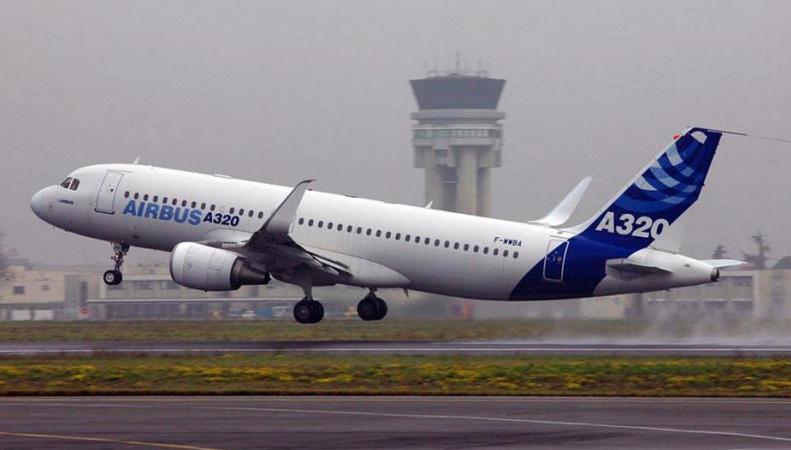 Самолет вынужденно сел в Праге из-за птиц в двигателе