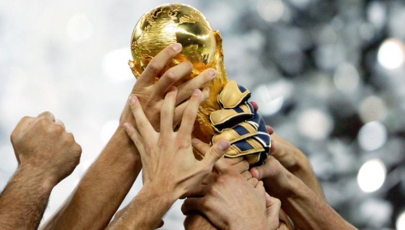 Немцы повредили футбольный кубок чемпионов мира