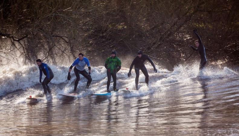 Серферы на реке Северн