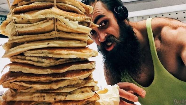 Британец съел три килограмма блинов за 18 минут