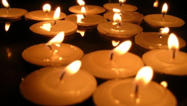На Поклонной горе почтить память погибшим на Донбассе собралось много людей
