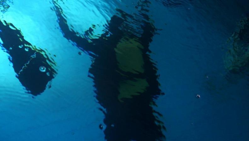 Аквалангист под водой