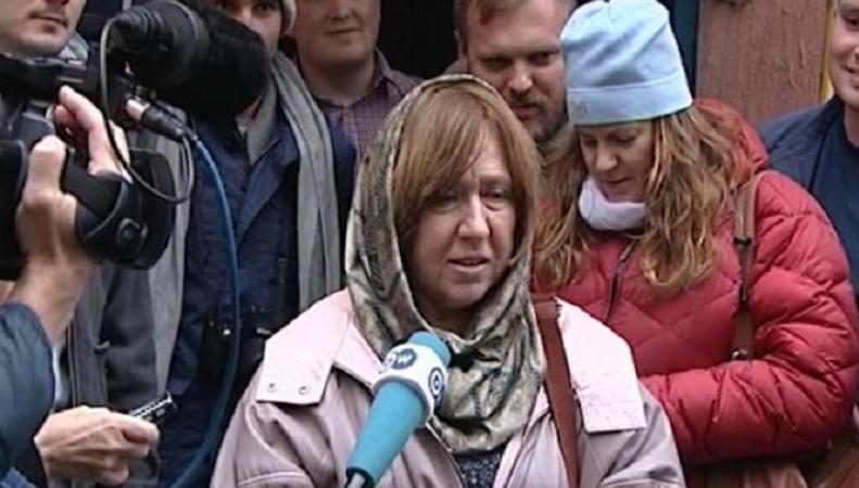 Алексиевич раскритиковала милитаристичексую политику Москвы