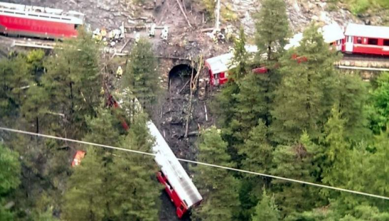 Поезд над пропастью сошел с рельсов