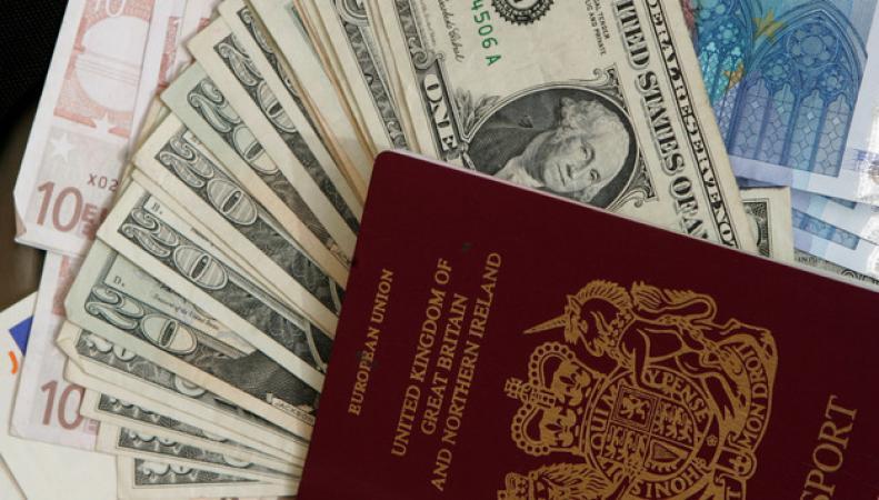 наличные деньги и британский паспорт