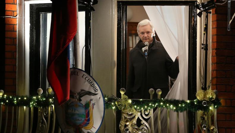 Джулиан Ассанж на балконе посольства