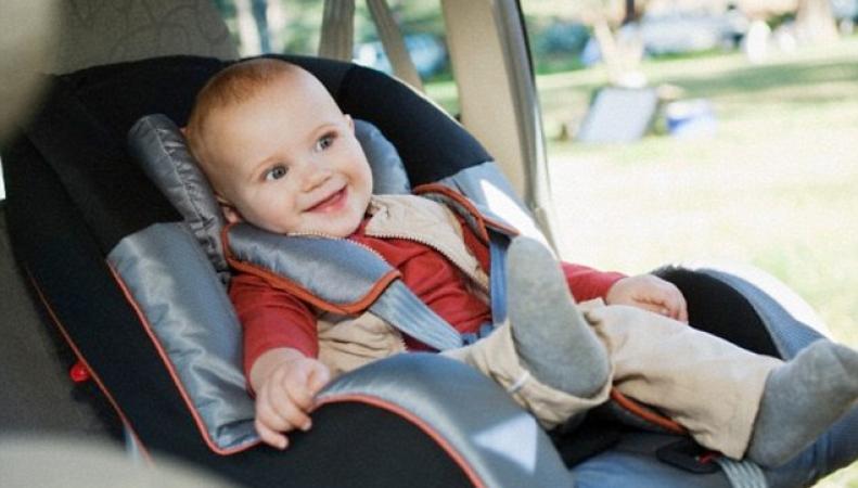 Ребенок в детском автокресле