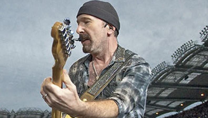 гитарист группы U2 на концерте упал со сцены.