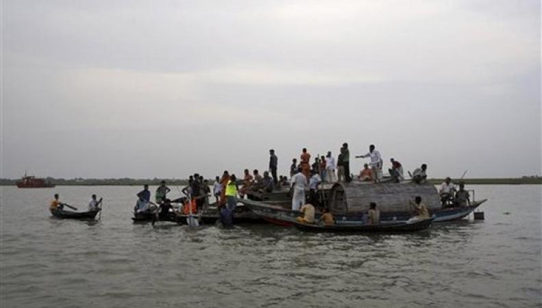 В Бангладеш спасают пассажиров затонувшего парома