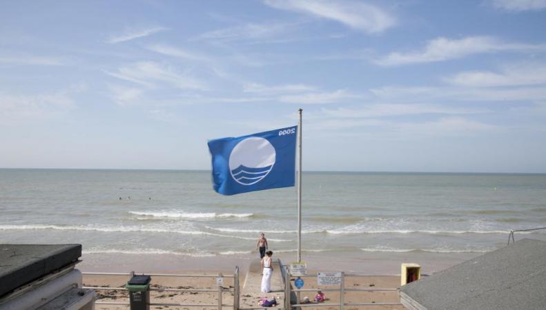 Голубой флаг - знак безопасности пляжа