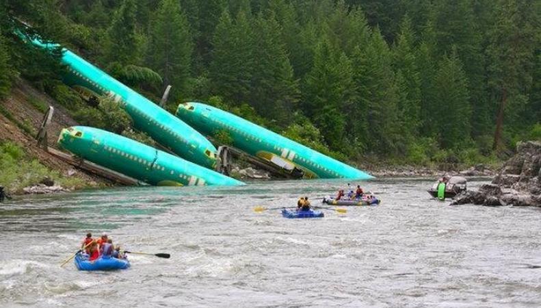 Фюзеляжи Boeing в реке