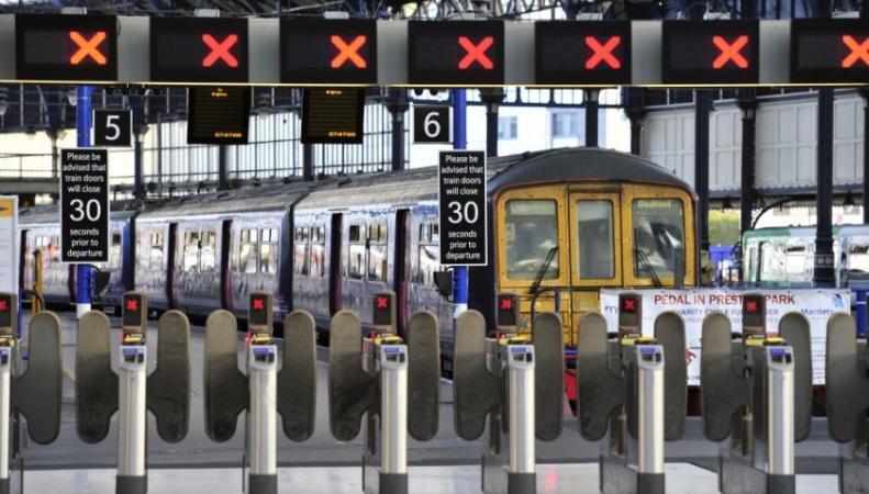 поезд на вокзале в Лондоне