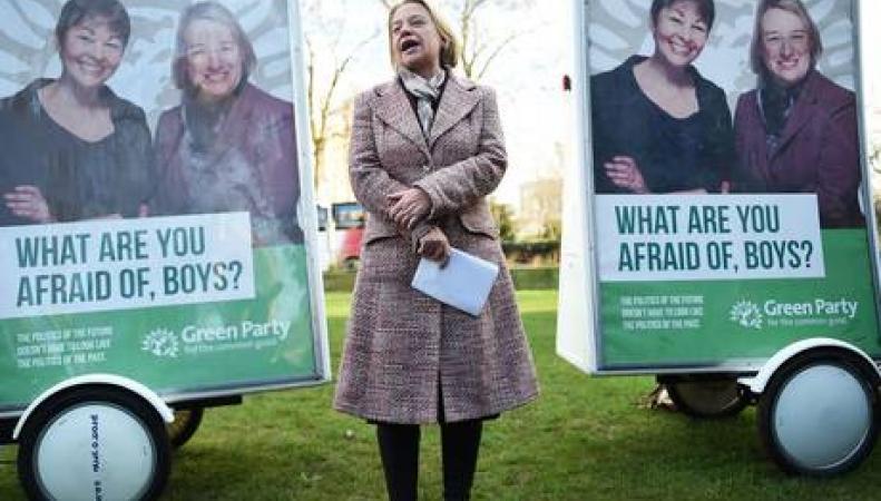 Натали Беннетт на фоне предвыборной агитации
