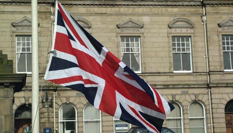 В Великобритании собрали государственный флаг из 128 машин