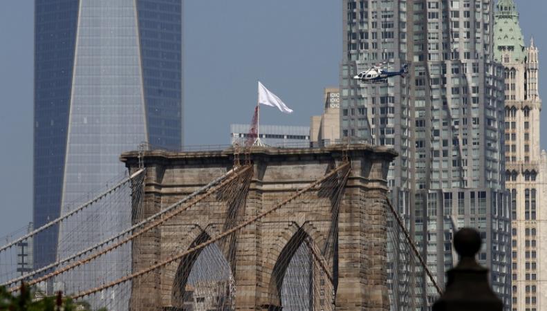 Бруклинский мост с белыми флагами