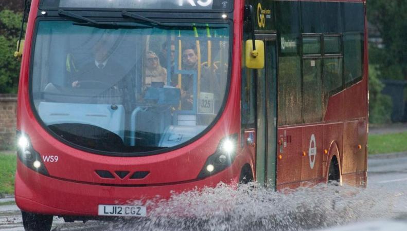 автобус на затопленной дороге