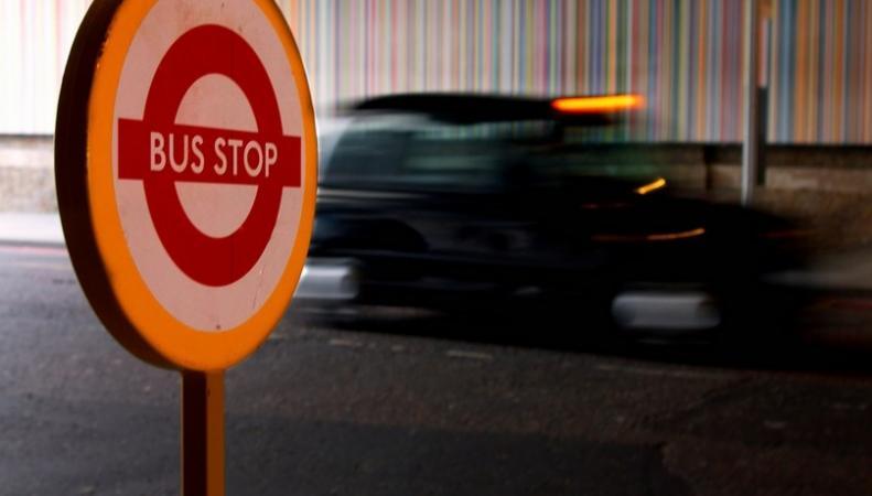 Автобусная остановка в Лондоне и такси