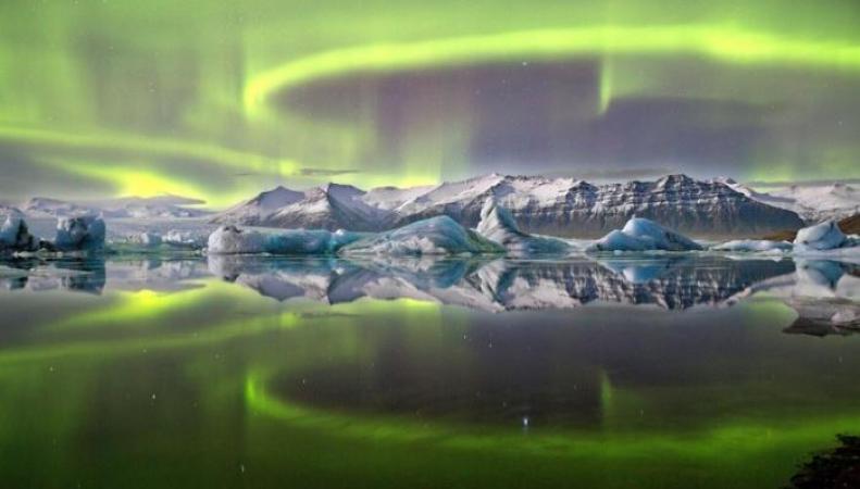 Северное сияние над исландским ледником
