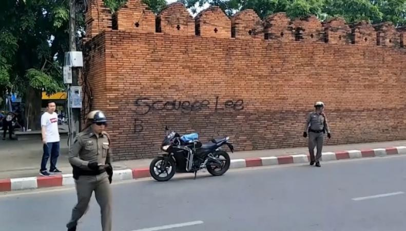 граффити на стене Tha Pae