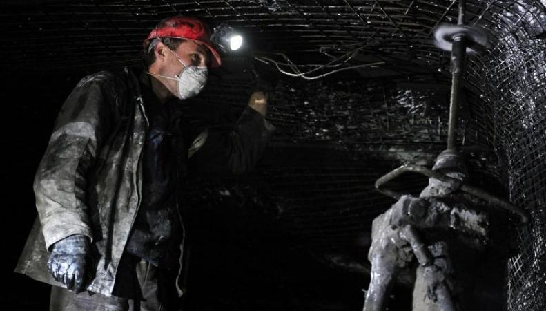 Шахтеры в угольной шахте