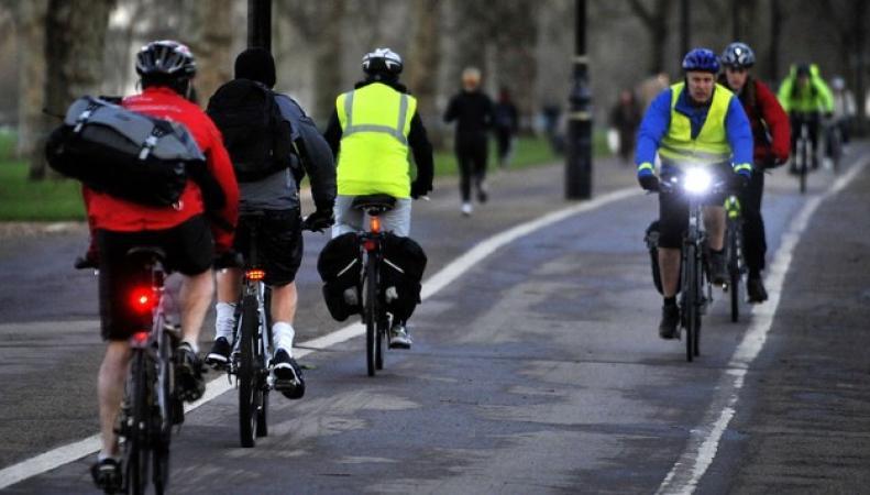 велосипедисты на улицах Англии