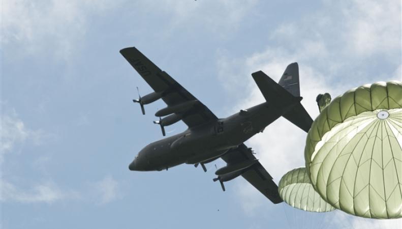 Самолет в небе с парашютистами