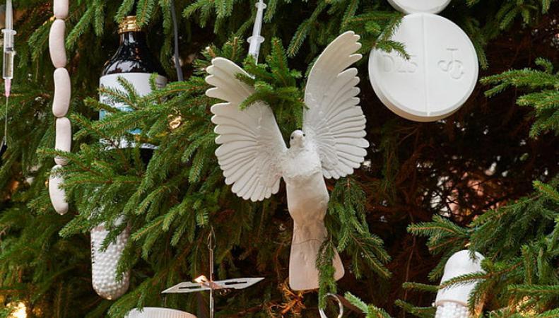 В Лондоне необычная рождественская елка вызвала скандал