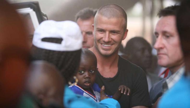Дэвид Бекхэм во время поездки в Сьерра-Леоне в 2008 году