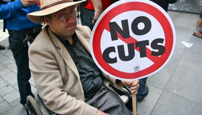 инвалид-колясочник протестует