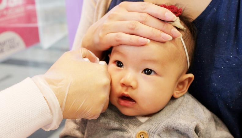 Британские активисты требуют запретить прокалывание ушей у младенцев