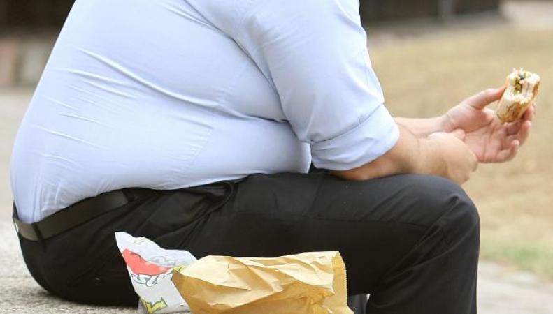 толстый мужчина с гамбургером