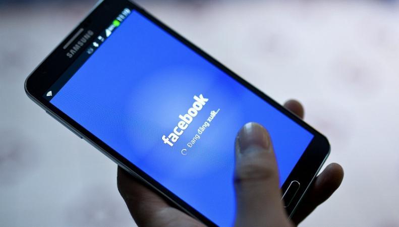 Смартфон с приложением Facebook