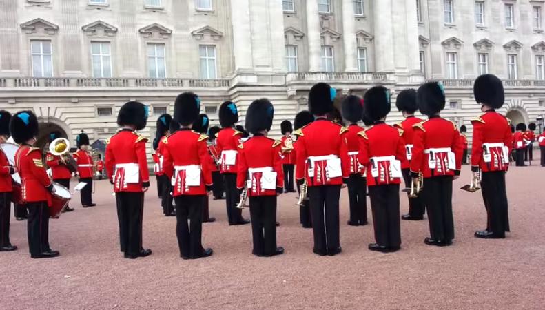 Перед дворцом королевы исполнили мелодию из Игры Престолов