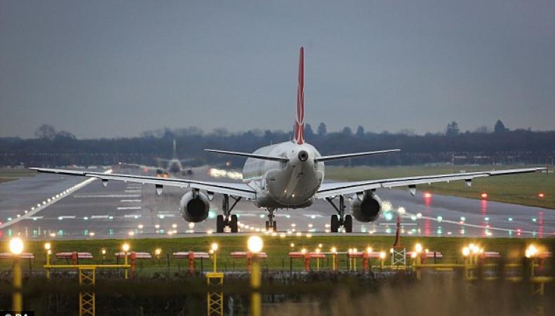 самолет в аэропорту Гатвик