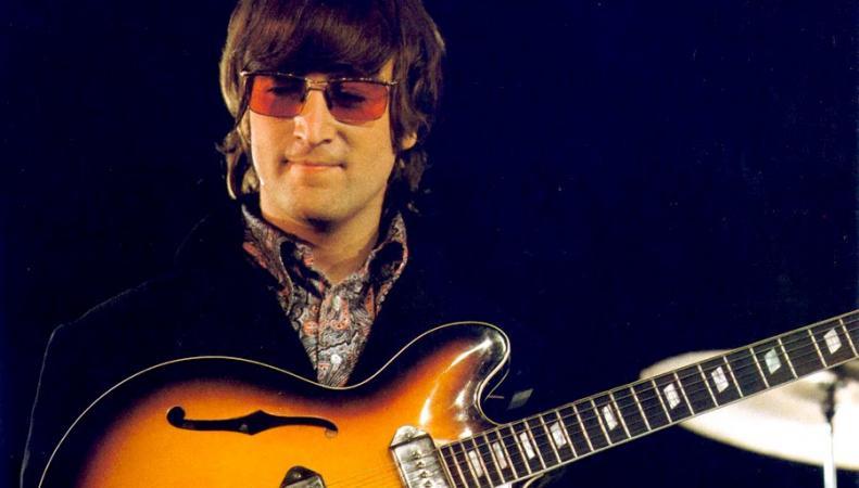 Джон Леннон с гитарой